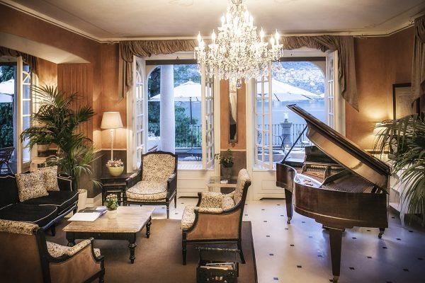Lounge piano area